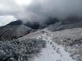 Turisti, dávajte si veľký pozor: Lavínové nebezpečenstvo v horách a zľadovatelé chodníky