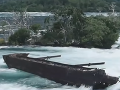 VIDEO Nad Niagarskými vodopádmi je sto rokov uviaznutý čln, teraz sa pohol!