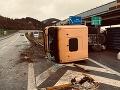 FOTO Pri zjazde z diaľnice sa prevrátil kamión, zablokoval cestu zo Žiliny do Bytče