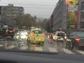 FOTO Lejak komplikuje dopravu v hlavnom meste: Tvoria sa zápchy, MHD hlási meškanie