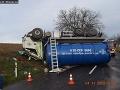 Kuriózna nehoda pri Nitre: FOTO Hovnocuc skončil na streche, vodič to vysvetlil veľmi jednoducho