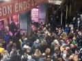 VIDEO Viac ako tisíc ľudí evakuovali z londýnskeho divadla: Zrútila sa časť stropu