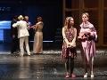 Lívia Michalčík Dujavová ako Slečna Klára Eynsford Hillová aAdriana Ballová ako Pani Eynsford Hillová vnovej inscenácii slávnej hry Pygmalion vŠtátnom divadle Košice