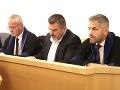 Na snímke  obžalovaný Ján K. (v strede) so svojimi obhajcami. V Banskej Bystrici 7. novembra 2019.