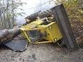 Dôchodca zahynul pod prevráteným traktorom