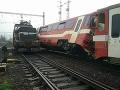 PRÁVE TERAZ Košickí hasiči v plnom nasadení: FOTO Zrážka vlaku si vyžiadala dve zranenia