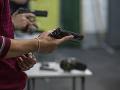 Študent (17) sa načisto pomiatol: Bezhlavo strieľal po spolužiakoch, potom zaútočil mačetou