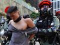 Čína prilieva olej do ohňa: Tvrdí, že má výlučnú právomoc rozhodovať o Hongkongu