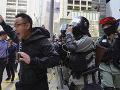 VIDEO Desaťtisíce demonštrantov v Hongkongu: Polícia použila voči protestujúcim slzotvorný plyn