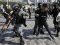 Polícia v Hongkongu začala vytláčať protestujúcich z univerzity: Majú samopaly aj vodné delá