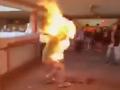 VIDEO Ďalšie krvavé násilie v Hongkongu: Muža poliali benzínom a podpálili, policajt zastrelil študenta