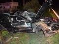 Opitý vodič vyčíňal v Bošanoch: FOTO Narazil do auta, prerazil betónový plot a zranil spolujazdca