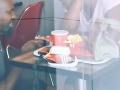 VIDEO Dvojica sa zasnúbila vo fastfoode: Ale to, čo sa spustilo potom, ju totálne odrovnalo