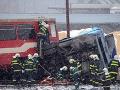 Zrážka vlaku s autom na okraji Prahy: Dvaja zranení, 50 evakuovaných