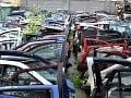 Z rozoberania áut a predávania súčiastok si spravili biznis: FOTO Nazhromaždili 300 ton odpadu