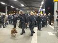 VIDEO Potýčka medzi sympatizantmi dvoch opačných politických táborov: Stanica bola uzavretá