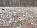 Vodná nádrž Ružín na východe Slovenska je plná plastov a smetí.