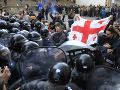 FOTO Rušné momenty v Gruzínsku: Polícia zadržala pred parlamentom 37 demonštrantov, 6 ranených
