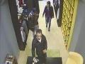 FOTO Polícia žiada o pomoc pri zistení totožnosti zlodejov: Kradli v trenčianskom obchode