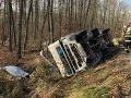 Problémy na hlavnom južnom ťahu: V Bátke sa prevrátil kamión s drevom