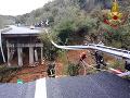 FOTO+VIDEO Následky intenzívnych lejakov v Taliansku: Pri Savone sa zrútila časť diaľničného viaduktu