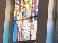 FOTO Dievčina pozrela na okno v kostole a sčervenala od hanby: To čo robí Mária Ježišovi?!