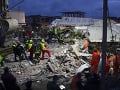Albánsko sa spamätáva zo zemetrasenia: Z trosiek vytiahli ďalšie obete