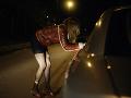 Desivé volanie na tiesňovú linku: Vodičovi z auta vyskočila mladučká prostitútka, porušil ich dohodu