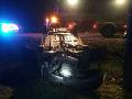 Dopravná nehoda: FOTO Betónový elektrický stĺp sa po náraze zlomil a spadol na automobil