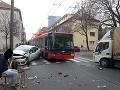 FOTO Hromadná zrážka v Bratislave ochromila dopravu: Z miesta hlásia troch zranených