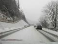 Aktuálna situácia na cestách: Pozor na sneh, v Dobšinej spadol strom a poškodil plynový rozvod