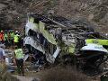 Autobus sa na kľukatej ceste zrútil do rokliny, nehodu neprežilo najmenej 20 ľudí