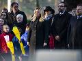 Zuzana Čaputová a Peter Gajdoš počas pietneho aktu položenia venca k Pamätníku československých vojakov na Medzinárodnom vojenskom cintoríne v anglickom Brookwoode.