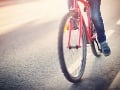 Tínedžer si bol zajazdiť na bicykli: V jednej kormidlo, v druhej drink a... totálny horor