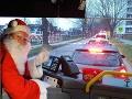 VIDEO Chutné prekvapenie: Jozef v kostýme Mikuláša šoféroval mestský autobus, deti jasali