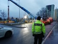 PRÁVE TERAZ Do Prešova dorazil demolačný stroj: FOTO Čoskoro sa začnú búracie práce paneláku smrti
