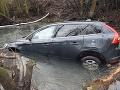 Desivo vyzerajúca nehoda v Leviciach: FOTO Vodič nedal prednosť, skončil v potoku
