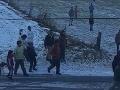 Brutálna bitka v obci Važec zachytená na videu: Na muža zaútočilo 10 ľudí, polícia ich obvinila