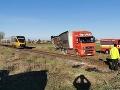 FOTO Desivá nehoda na železničnom priecestí: Zrazil sa nákladiak s vlakom plným ľudí