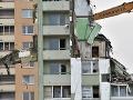 Obyvatelia zbúranej bytovky si budú môcť zo sutín vytriediť osobné veci