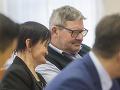 Rodičia zavraždených snúbencov na súde v Pezinku.
