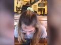 VIDEO Tínedžerka dokázala odomknúť mobil bez použitia rúk: Jej priateľa to totálne znechutilo