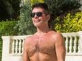 Talentový kat Simon Cowell: Nové schudnuté telo iba v šortkách a... parádny monokel!