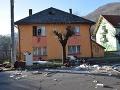 Predvianočné upratovanie trocha inak: Muž rozbíjal zariadenie domu, úradoval alkohol