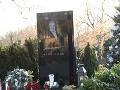 FOTO: Hrob Karla Gotta je dokončený: Nechýba ani vianočný stromček!