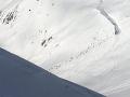 Lyžiarov vo Švajčiarsku zasypala lavína: Spod snehu vyslobodili už šesť ľudí