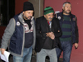 Bezpečnostní pracovníci zatýkajú muža