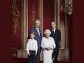 Kráľovná na novoročnej fotografii pózuje s troma následníkmi trónu.
