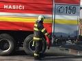 Hasičov zamestnal ranný požiar bytového domu: Zranená je jedna osoba
