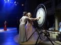 Ples úderom na gong otvorili športovkyne - lyžiarka Henrieta Farkašová a jej navádzačka Natália Šubrtová.